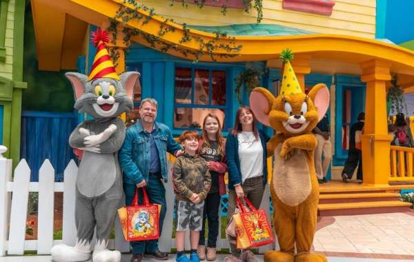 Warner Bros. World™ Abu Dhabi's Tom and Jerry celebrate their 80th anniversary!